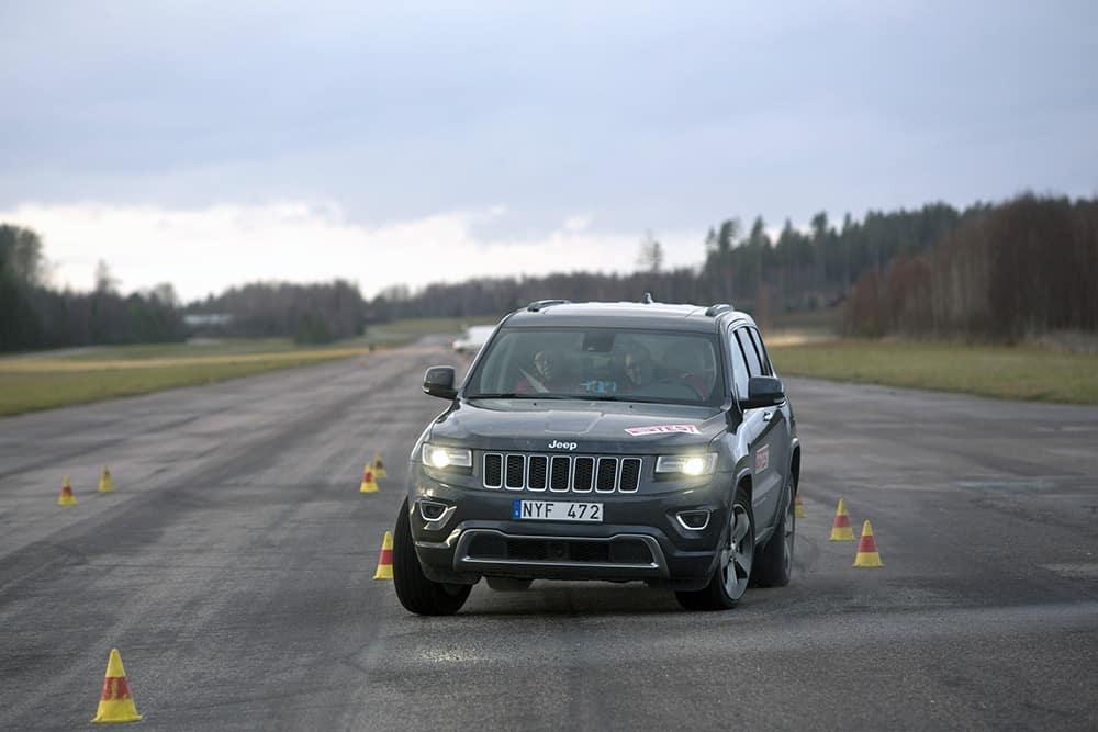 Jeep-Grand-Cherokee-2014-moose-test